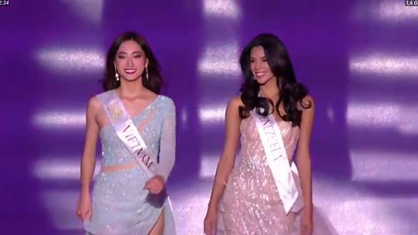 Lương Thùy Linh được gọi tên vào top 40. Cô diện váy xanh pastel đính đá của Lê Thanh Hòa, catwalk cùng đại diện Venezuela trong phần trình diễn của top 40.