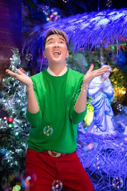 Đàm Vĩnh Hưng dành nhiều ngày trang trí nhà cửa dịp Noel. Đặc biệt thích lễGiáng sinh nên năm nào, giọng ca Say tình cũng sắm sửa phụ kiện, trang hoàng nhà cửa.