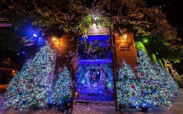 Biệt thự nằm trên đường Thất Sơn, quận 10, TP HCM có giá hơn 60 tỷ đồng của Đàm Vĩnh Hưng được trang hoàng lộng lẫy. Nhìn từ bên ngoài, căn nhà lung linh với ánh đèn nhiều sắc màu.