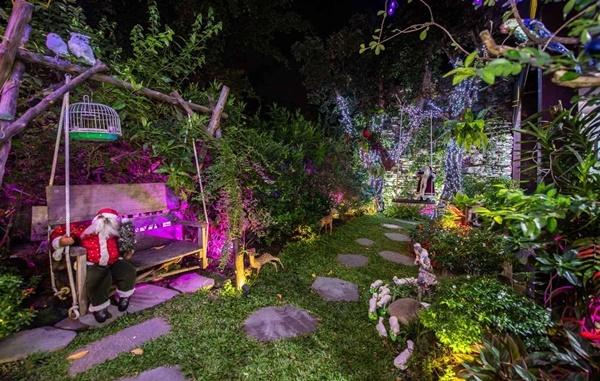 Anh biến căn biệt thự thành khu vườn cổ tích khi tái hiện những hoạt cảnh về ngày lễ thánh.