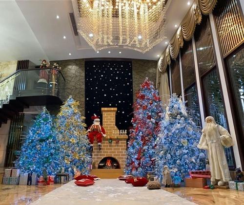 Những cây thông nhiều màu sắc được Đàm Vĩnh Hưng để ở phòng khách.