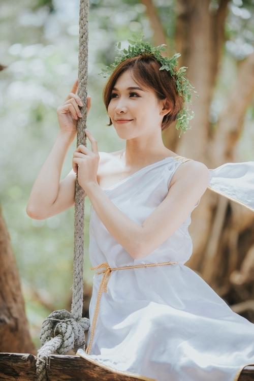 Ca Ca, tên thật là Nguyễn Thị Thúy, sinh năm 1998, khả năng vũ đạo tốt.