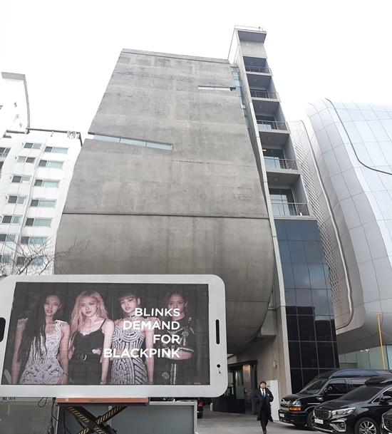 Fan Black Pink gây áp lực lênYG bằng màn hình led khổng lồ đặt trước trụ sở công ty.