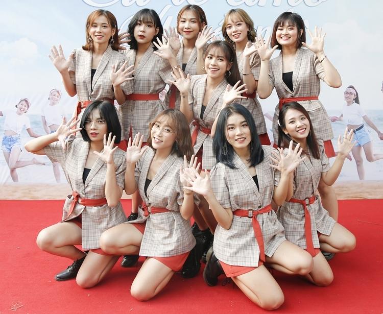 O2O là nhóm nhạc nữ đông thành viên thứ hai ở Vpop hiện tại sau SGO48. Nhóm gồm 10 cô gái xinh đẹp có khả năng ca hát và vũ đạo. Nhóm vừa debut Mơ về anh - Eu te amo. O2O được giới thiệu do nghệ sĩ Quyền Linh làm ba đỡ đầu. Tôi tự tin để mang đến thành công cho các con. Trước hết là những kinh nghiệm làm nghề và mối quan hệ của mình, Linh đã có thể dẫn dắt các con đi những bước đi đầu tiên và đã nhìn thấy được sự trưởng thành trong MV debut. Làm việc với các con chính Linh cũng được cập nhật và học thêm nhiều điều mới. Năng lượng của các con cũng lan toả đến Linh và Linh cảm thấy mình trẻ hơn, cứ như là được hồi teen, Quyền Linh chia sẻ.