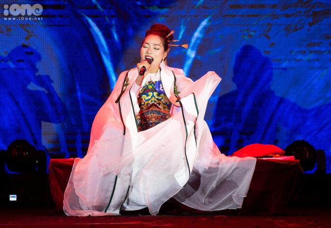 <p> Trần Bích Thủy (24 tuổi, Hà Nội) gây ấn tượng bởi giọng hát nội lực khi thể hiện mashup các bản hit của Vpop. Cô bạn giành giải phụ Hoa khôi Tài năng.</p>