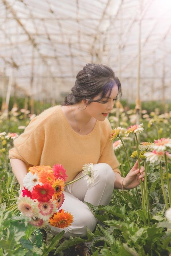 Cô tết tóc, trang điểm nhẹ nhàng. Lý Nhã Kỳ kể, từ khi tự tay trồng hoa, làm vườn, cô thấy cuộc sống của mình bình yên hơn. Cô không quan tâm nhiều đến việc da mình có bị đen hay không, mặc đồ có quê mùa. Được trải nghiệm cuộc sống của một người nông dân, ngắm và thưởng thức những món nông sản mình tự tay hái là cảm giác rất tuyệt vời, cô nói.