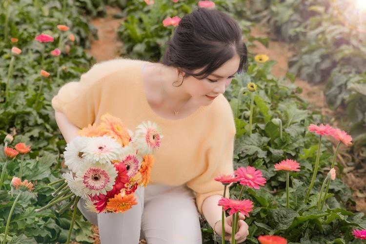 Lý Nhã Kỳ thích cảm giác tự tay chăm sóc cây cối,hái hoa để gửi tặng bạn bè, gia đình. Cô tâm sự, chính công việc này giúp cô cân bằng cảm xúc khi dồn toàn tâm sức cho công việc.