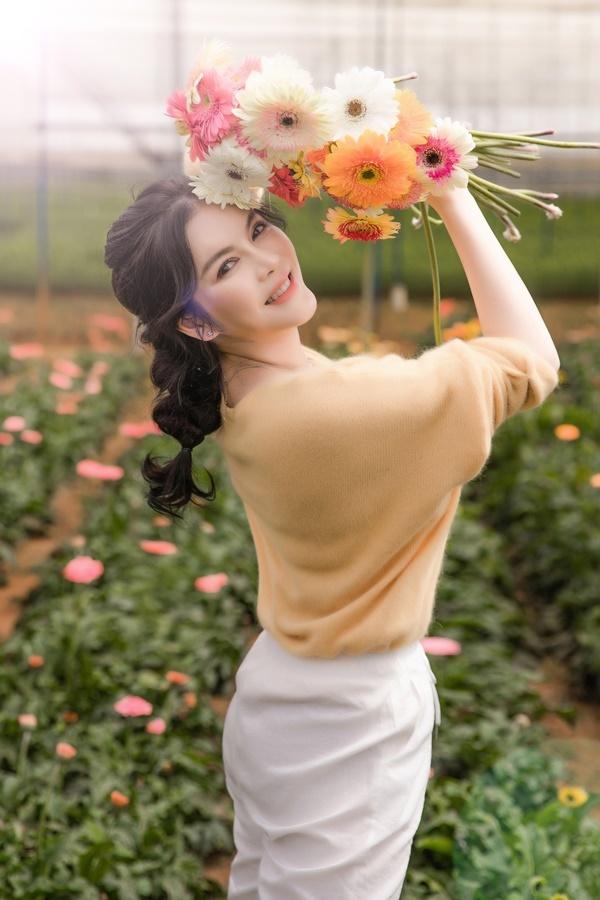Diễn viên Kiều nữ và đại gia dành nhiều thời gian làm nông, xây khu nghỉ dưỡng và tận hưởng cuộc sống bình yên. Mới đây, côghi lại những khoảnh khắc bình dị tại vườn hoa trong khu resort của mình.