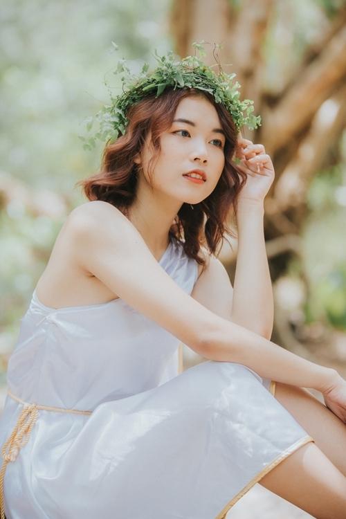 Việt Ngân - cô gái sinh năm 1999 được nhận xét có IQ cao và sự dễ thương. Cô từng tham gia Giải mã tình yêu.
