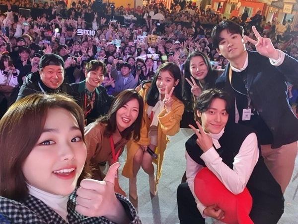Dàn sao Hotel Del Luna gồm IU, Yeo Jin Goo, Mina (Gugudan)... tụ hội trong sự cổ vũ cuồng nhiệt của khán giả.