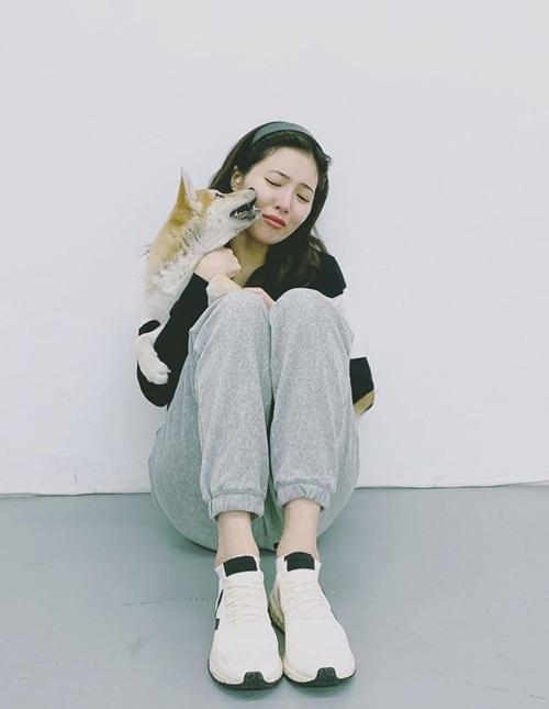 Hyuna ôm cún, biểu cảm hài hước trong ảnh do bạn trai Dawn chụp.