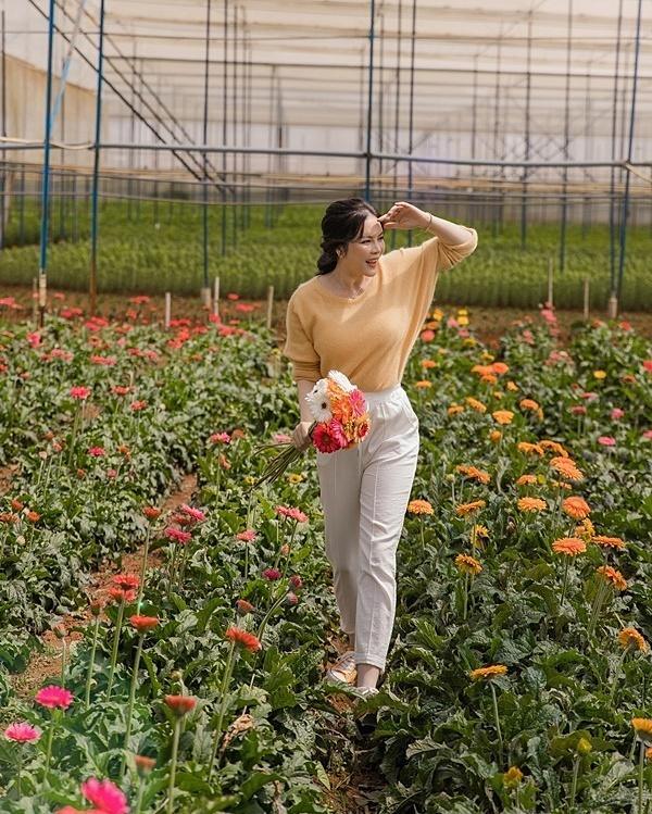 Lý Nhã Kỳ sở hữu mảnh đất hơn 50 hecta,nằm trên một ngọn đồi, cách trung tâm TP Đà Lạt khoảng 20 km. Cô trồng hoa cùng các loại rau quả như súp lơ, atiso, cải thảo, xà lách, bí ngòi, bơ, dâu tây và nuôi gà trên mảnh đất này.