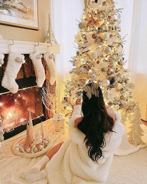 Cô mặc bộ trang phục công chúa tuyết, tạo dáng bên không gian ngập sắc Noel do mình trang trí.