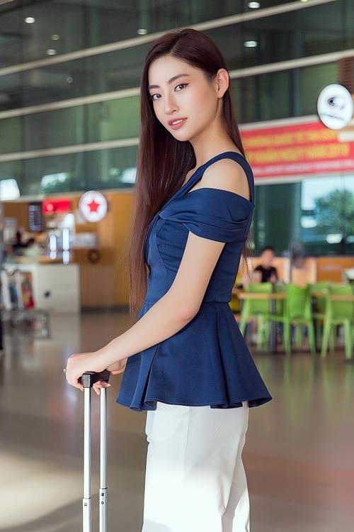 Người đẹp 10x kết hợp quần âu trắng form ống suông cùng áo kiểu vừa trễ vai vừa chiết eo để khoe khéo đôi vai trần gợi cảm cùng vòng eo 62 cm.