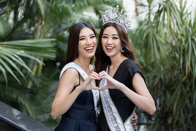Khánh Vân - Kim Duyên chụp ảnh thân thiết. Họ đang tất bật với nhiều hoạt động sau đăng quang tại Hoa hậu Hoàn vũ 2019.