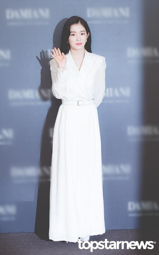 Nữ idol sinh năm 1991 diện nguyên cây trắng nổi bật, ăn gian được chiều cao khiêm tốn.Vẻquý phái của cô được người hâm mộ trầm trồ khen ngợi. Fan gọi Irene là nữ CEO trong truyền thuyết, vừa xinh đẹp vừa quyền lựcmạnh mẽ.