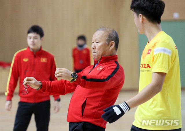 Chiến lược gia người Hàn chỉ bảo động tác cho học trò.