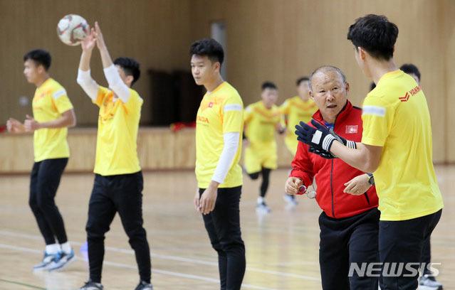 HLV Park cho học trò tập nhẹ. Với nhiệt độ dao động từ 5 độ C đến 9 độ C vào ban ngày, Tongyeong là nơi lý tưởng để cầu thủ phục hồi sau khi căng sức đá bảy trận trong 15 ngày ở SEA Games 30.