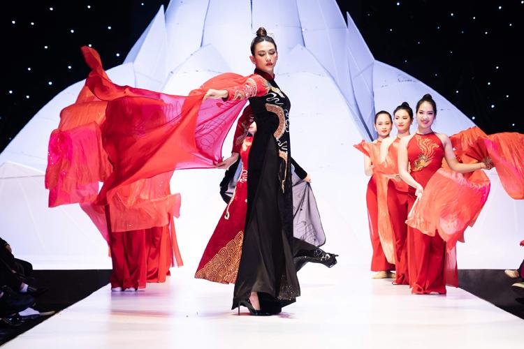 Xuất hiện trên sàn diễn với bộ áo dài đen pha đỏ với họa tiết rồng quyền lực, Võ Hoàng Yến khoe vẻ đẹp kiêu kỳ. Cô kết hợp với đội múa và trống tạo nên một màn trình diễn đặc biệt.