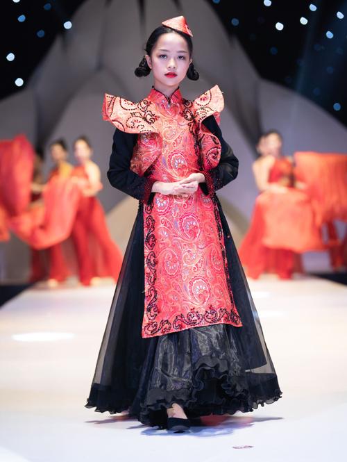 Ngoài Võ Hoàng Yến, bộ sưu tập được trình diễn bởi 15 mẫu nhí cóphong thái chuyên nghiệp.