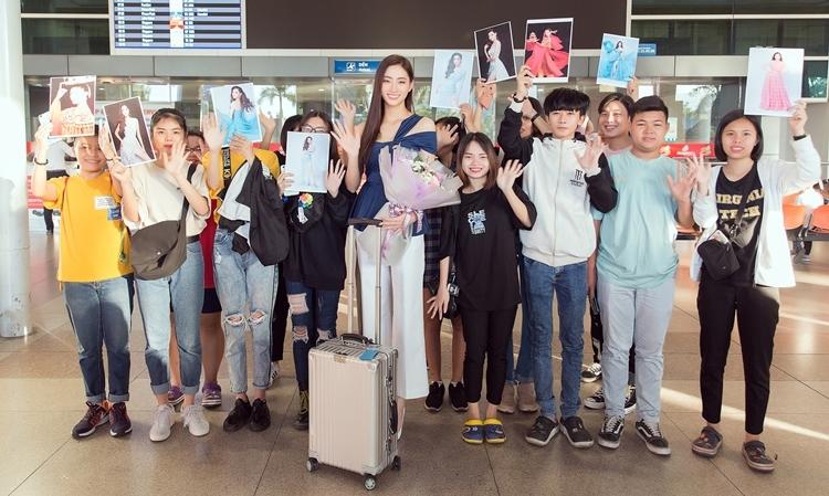 Đông đảo fan chờ đón người đẹp ở sân bay. Lương Thùy Linh cho biết sau khi về Việt Nam sẽ thưởng thức ngay một đĩa bánh cuốn vì quá thèm.