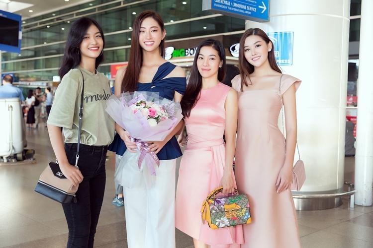 Có mặt từ sáng sớm để đón top 12 Miss World 2019 có bà Phạm Kim Dung - trưởng đơn vị cử Lương Thùy Linh đi thi cùng Á hậu Kiều Loan, Tường San.