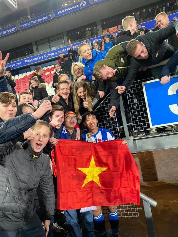 <p> CĐV mang cờ đỏ sao vàng ủng hộ Văn Hậu và đội bóng.</p>