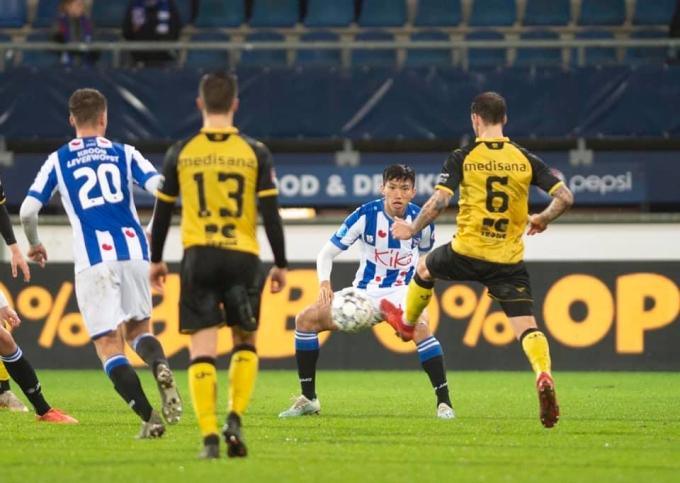 <p> Trong 4 phút có mặt trên sân, Hậu chơi ở vị trí sở trường hậu vệ, khi ấy tỷ số đã là 2-0 và chiến thắng nắm chắc trong tay Heerenveen.</p>