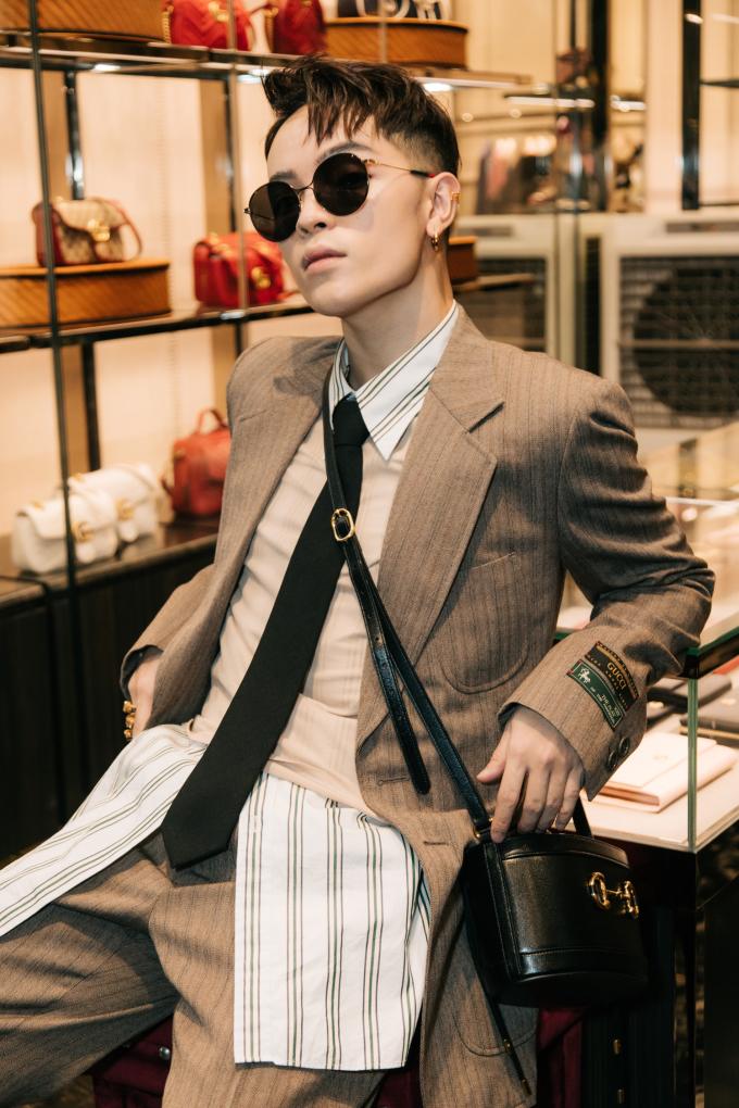 <p> Stylist Kelbin Lei đeo túi đính chi tiết hàm thiếc ngựa Horsebit đang được nhiều sao thế giới yêu thích.</p>