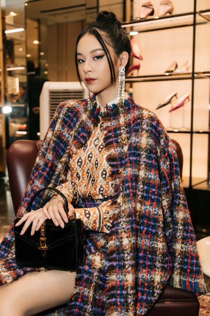<p> Phí Phương Anh sang trọng với set trang phục vải tweed. Lối trang điểm mắt mèo tôn lên vẻ đẹp đậm chất Á Đông của nàng mẫu.</p>