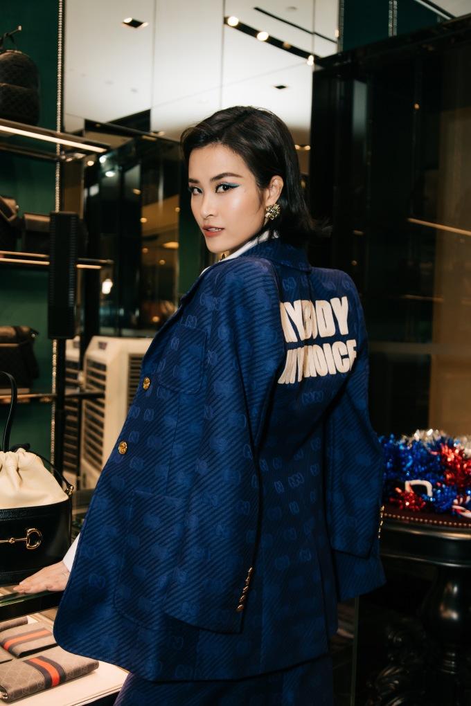 <p> Đông Nhi liên tục chạy show sau khi kết hôn. Nữ ca sĩ diện cây suit màu xanh cổ điển - tông màu được dự đoán là hot trend của 2020.</p>