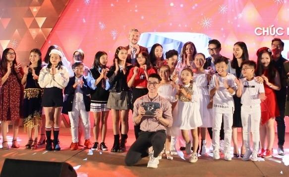 Các thành viên thuộc gia đình POPS Kids nhận nút Play Kim Cương.