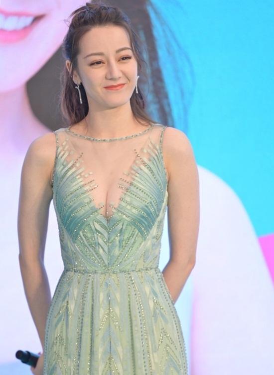 Địch Lệ Nhiệt Ba dự một sự kiện quảng cáo hôm 18/12 với bộ đầm dài màu xanh   bạc hà ôm dáng. Thiết kế khoét chữ V, xuyên thấu ở phần ngực giúp nữ diễn viên   khoe vòng một lấp ló gợi cảm.
