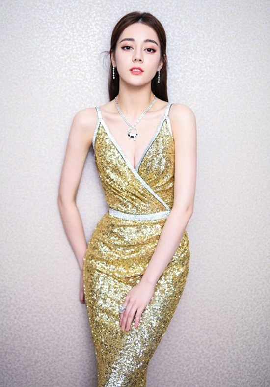 Tại sự kiện trao giải Youku tháng 3/2018, Địch Lệ Nhiệt Ba lần đầu khoe vòng một khiến công chúng trầm trồ. Thân hình chuẩn chỉnh, đường cong duyên dáng giúp nữ diễn viên chiếm trọn spotlight. Lần đầu tiên mặc táo bạo như vậy nên cô khá ngại ngùng, liên tục dùng tay che ngực trong sự kiện.
