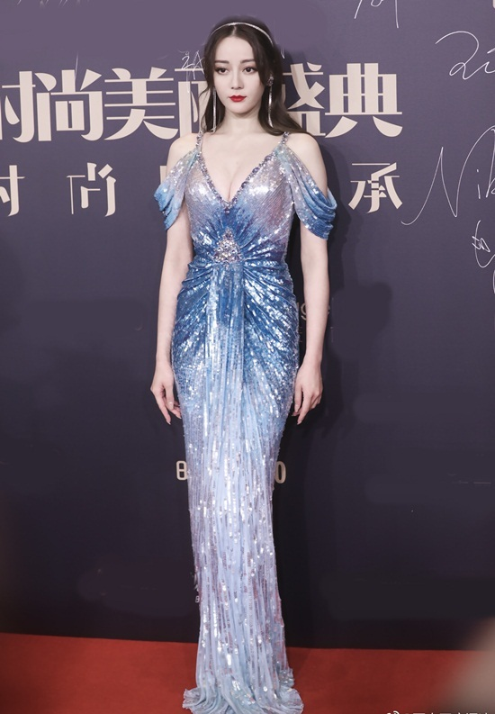 Gần đây, mỹ nhân công ty Gia Hành liên tục gây chú ý khi chọn váy áo gợi cảm đi   sự kiện. Cô được ví như nữ thần Hy Lạp với bộ đầm rớt vai cổ chữ V lộng lẫy   tại đêm tiệc thời trang của tạp chí Cosmo tối 3/12.