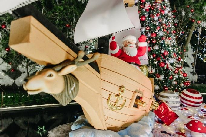 <p> Dạo quanh khắp khu vườn, đâu đâu cũng thấy những đồ trang trí rất đặc trưng mùa Noel như đèn nhấp nháy, tuần lộc, bông tuyết...</p>