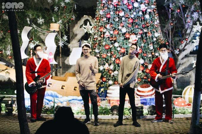 <p> Một nhóm sinh viên đón Giáng sinh sớm.</p>