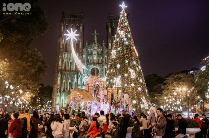 <p> Khu vực nhà thờ lớn Hà Nội rực rỡ với cây thông, đèn LED, ông già Noel... thu rút nhiều người dân đến tham quan.</p>