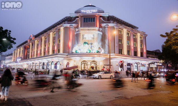 <p> Tràng Tiền Plaza (quận Hoàn Kiếm) được trang trí với đèn nháy nhiều màu sắc.</p>