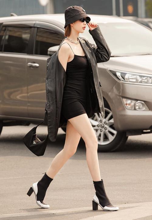 Ngọc Trinh diện tông đen nhưng vẫn nổi bật. Cây đồ của chân dài gồm những item sành điệu đến từ Prada.