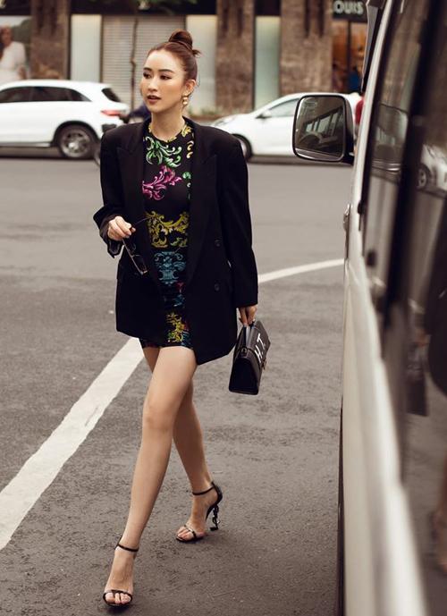 Hà Thu kiêu kỳ trên phố khi diện mốt blazer oversized, đi kèmváy ôm sát và giày cao gót tông xuyệt tông.