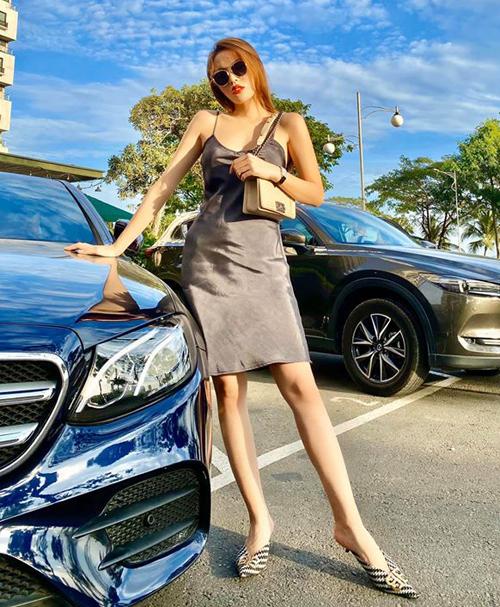 Kỳ Duyên tự tin diện váy hai dây lụa khoe thân hình mảnh mai sau khi giảm 10 kg.