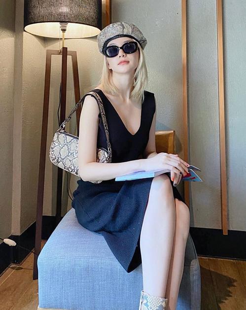 Diện váy đen trơn, Thiều Bảo Trang tạo điểm nhấn bằng cả bộ phụ kiện da trăn.