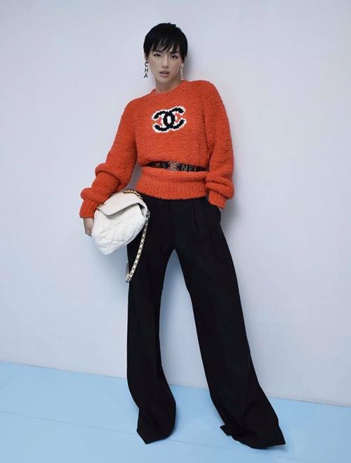 Chiếc áo len hơn 50 triệu đồng của Chanel được Khánh Linh kết hợp cùng quần ống suông và loạt phụ kiện đẳng cấp cũng của Chanel.