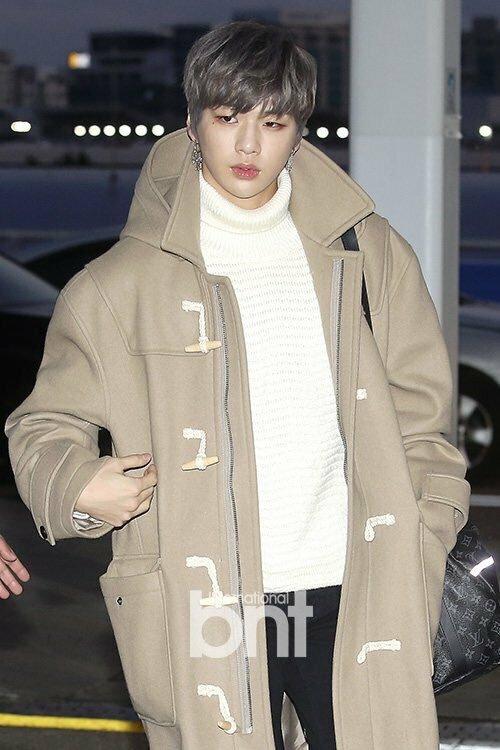Kang Daniel chính là gương mặt bán chạy hàng đầu Kpop. Mẫu áo khoác nâu sáng Daniel mặc khi ra sân bay của hãng LAP đã cháy hàng, phải restock đến 7 lần và làm sập của website của hãng.