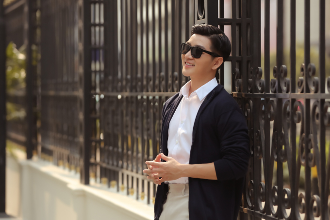 <p> Vest, suit và áo khoác mỏng là lựa chọn của Nam Hee khi xuất hiện trước công chúng.Các thiết kế này có thể mix với áo thun, sơ mi cùng quần jeans hay kaki.</p>