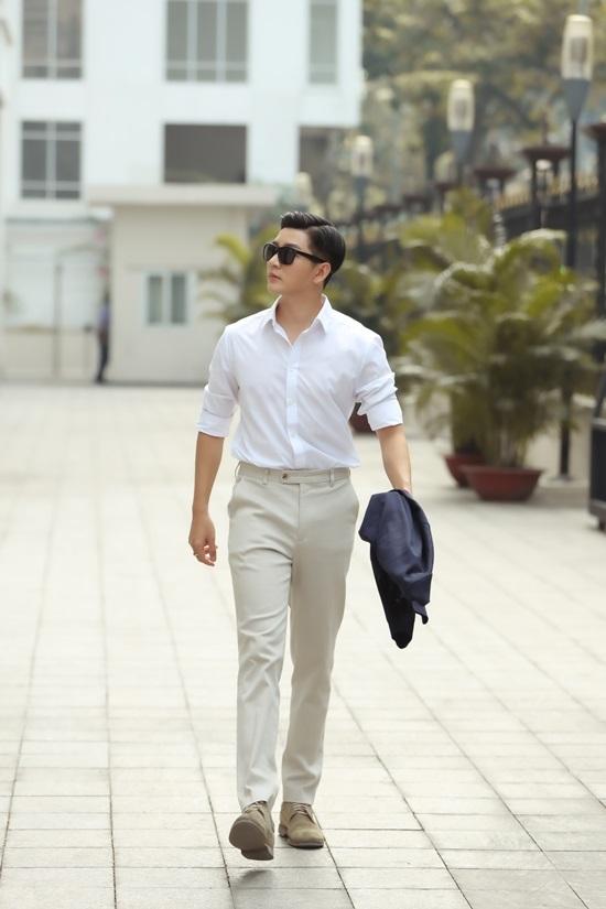 <p> Sơ mi trắng là một trong những trang phục anh ưa thích. Tủ đồ của anh có hàng chục kiểu áo sơ mi khác nhau.</p>
