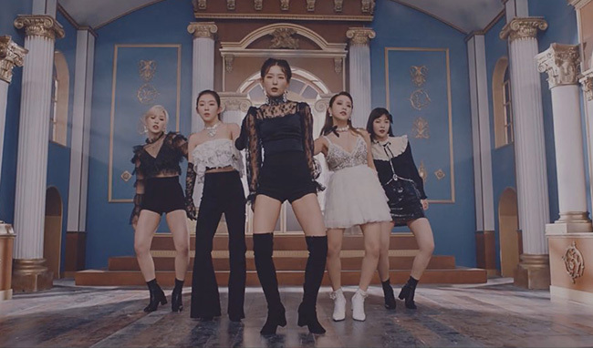 Trang phục của Red Velvet sang trọng và quyến rũ.