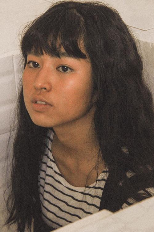 Trong một bộ hình, Khánh Vân từng tự tin khoe mặt mộc hoàn toàn và nhận được nhiều lời khen về đường nét. Nữ diễn viên cho biết, ở đời thường cô cũng chỉ dùng mỗi son môi.