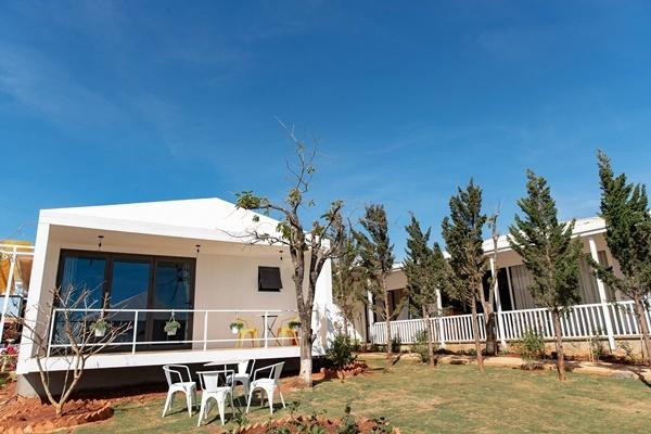 Khu villa được xây dựng theo lối kiến trúc cổ điển với gam màu trắng chủ đạo.